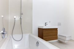 Zonovergoten moderne badkamers Stock Fotografie