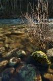 Zonovergoten rotsen onderwater bij zonsondergang stock foto