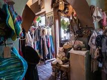 Zonovergoten vlooienmarkttype winkelbinnenland in Tucson, Arizona stock afbeeldingen