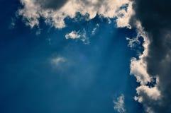 Zonovergoten Wolken in de blauwe hemel met exemplaarruimte stock fotografie