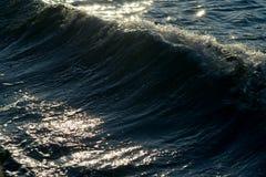 Zonovergoten zeegezicht met golven Royalty-vrije Stock Foto's