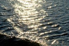 Zonovergoten zeegezicht met golven Stock Afbeelding