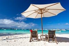 Zonparaplu met Santa Hat op stoel Stock Afbeelding