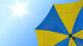 Zonparaplu onder de zomerhemel stock videobeelden