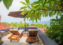 Zonparaplu's en ligstoelen Royalty-vrije Stock Foto's