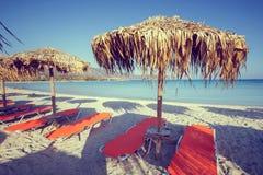 Zonparaplu's en stoelen op strand Royalty-vrije Stock Afbeelding