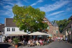 ZONS, ΓΕΡΜΑΝΊΑ - 25 ΣΕΠΤΕΜΒΡΊΟΥ 2016: Οι τουρίστες απολαμβάνουν την παλαιά αγορά Στοκ Εικόνες