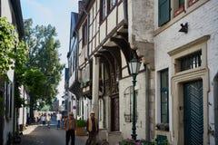 ZONS, ALEMANIA - 25 DE SEPTIEMBRE DE 2016: Paseo de los turistas a lo largo de un callejón viejo Fotos de archivo libres de regalías