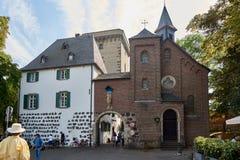 ZONS, DEUTSCHLAND - 25. SEPTEMBER: Touristen führen das mittelalterliche Rheintor Stockbild
