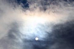 Zonschijf bij middag door de wolken royalty-vrije stock foto