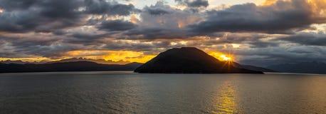 Zonsondergang in één van de fjorden van Alaska, de V.S. stock fotografie