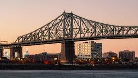 Zonsondergang aan nacht timelapse van de de stadshorizon van Montreal, Belvedere Jacques Cartier Bridge met St Lawrence rivier stock videobeelden