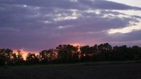 Zonsondergang in aard terwijl wandeling royalty-vrije stock afbeeldingen
