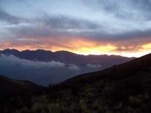 Zonsondergang achter bergen Royalty-vrije Stock Fotografie