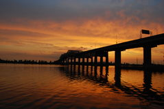 Zonsondergang achter brug Stock Foto's