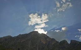 Zonsondergang achter de berg Stock Foto's