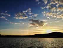 Zonsondergang achter de bergen in Transsylvanië stock foto