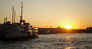 Zonsondergang achter een veerboot/Istanboel Stock Afbeeldingen