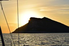 Zonsondergang achter Eiland Olipa stock afbeelding