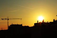 Zonsondergang achter gebouwen Royalty-vrije Stock Afbeeldingen