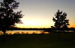 Zonsondergang achter het meer Stock Fotografie