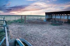Zonsondergang achter het schermen en schuur in Oostelijke Vlaktes Colorado Royalty-vrije Stock Foto