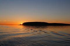 Zonsondergang achter ijsberg Stock Afbeelding