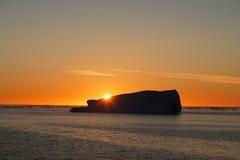 Zonsondergang achter ijsberg Stock Foto's