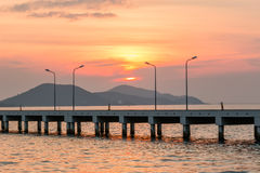 Zonsondergang achter Kleine havenschip en lamppost Royalty-vrije Stock Afbeeldingen