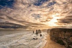 Zonsondergang achter twaalf apostelen bij grote oceaanweg Stock Foto's