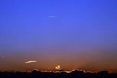 Zonsondergang achter wolken Stock Fotografie