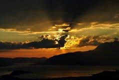 Zonsondergang achter wolken bij Kotor-baai Royalty-vrije Stock Foto's