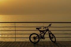Zonsondergang achtergrondhemellandschap met fietssilhouet Geen mensen voorwerp van een bergfiets Zonnige zonsopgang Fiets mooie y Stock Afbeelding