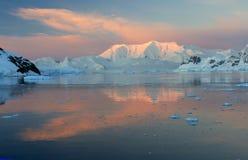 Zonsondergang & alpenglow Stock Afbeeldingen