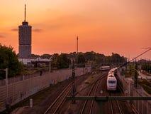 Zonsondergang in Augsburg met spoorweg en toren stock foto's