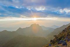 zonsondergang of avondtijd met blauwe hemel en zonnestraal stock afbeeldingen