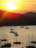 Zonsondergang in baai stock afbeeldingen