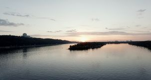 Zonsondergang begin Mei, de Dnieper-Rivier in de Hoge stad van Kiev - kwaliteits10bit lengte Zeer gemakkelijke kleurencorrectie stock videobeelden