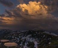 Zonsondergang in berg Dramatische donkere hemel De bergen van de Kaukasus Royalty-vrije Stock Foto's