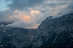 Zonsondergang in bergen royalty-vrije stock foto's