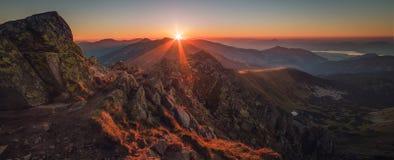 Zonsondergang in bergen royalty-vrije stock afbeeldingen