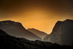 Zonsondergang in Bergen met oranje licht royalty-vrije stock foto
