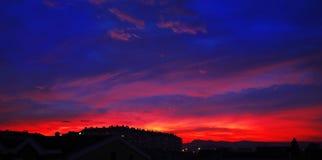 Zonsondergang, bewolkte hemelachtergrond boven nachtstad nave royalty-vrije stock afbeelding