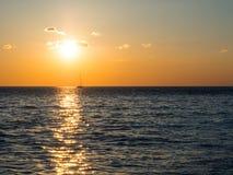 Zonsondergang bij Adriatische overzees Stock Afbeeldingen
