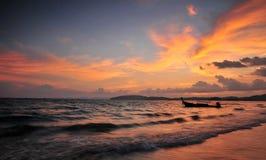 Zonsondergang bij Ao Nang baai, zuiden van Thailand Stock Foto's