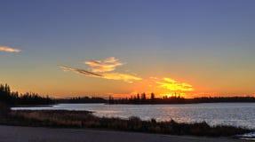 Zonsondergang bij Astotin-Meer, het Nationale Park van het Elandeneiland Royalty-vrije Stock Afbeeldingen