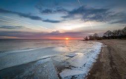 Zonsondergang bij bevroren baai stock foto