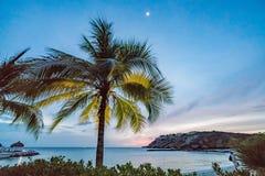 Zonsondergang bij Blauwe Curacao van het baaistrand meningen stock afbeeldingen