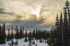 Zonsondergang bij de bergen. Stock Fotografie