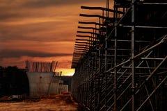 Zonsondergang bij de bouwwerf royalty-vrije stock foto's